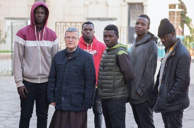 agrelo-con-inmigrantes-subsaharianos[1]